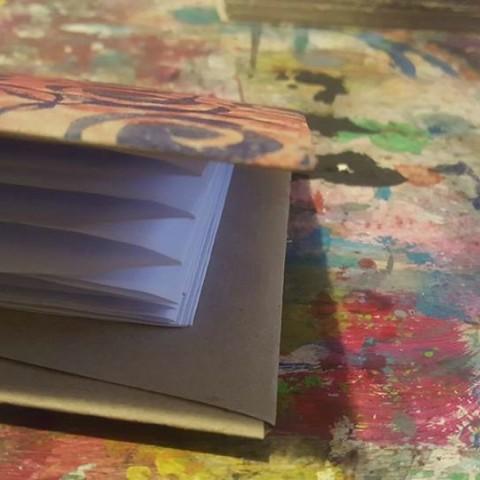 foto di un quaderno su tavolo colorato